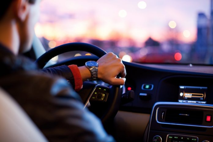 akú hudbu počúvať v aute